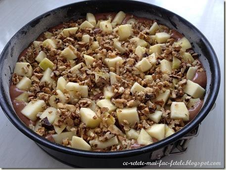 Tarta de ciocolata cu mere - asezam merele si nucile peste compozitie