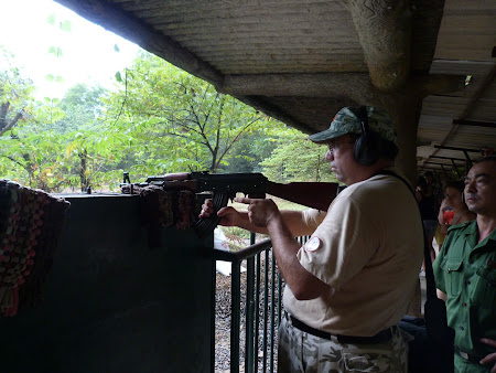187. trageri cu AK 47 Vietnam.JPG