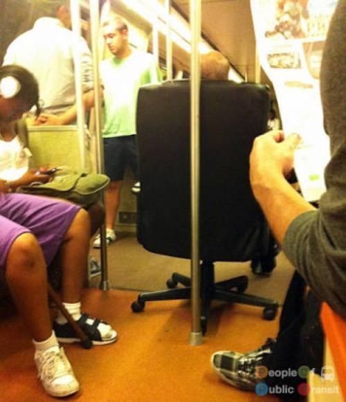 pessoas bizarras em metrô (31)
