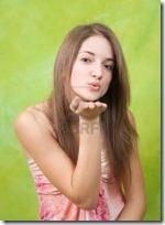 6210341-besando-a-aire-pelo-larga-chica-adolescente-sobre-fondo-verde