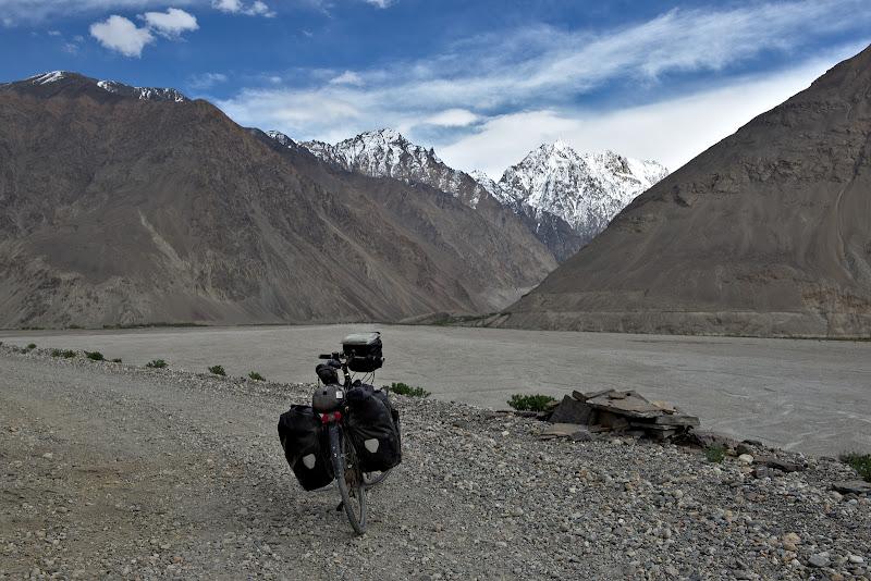 La nici 10 kilometri e Pakistan si incepe Karakorum.