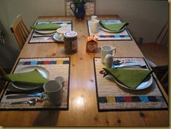 Hanan i Drammen. Frokosbordet er dekket med nye spisebrikker. 3