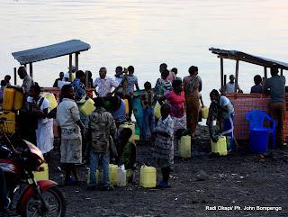 Quelques habitants de la ville de Goma, achètent des bidons d'eau potable auprès des quelques traiteurs d'eau implantés au bord du lac. Radio Okapi/ Ph. John Bompengo,
