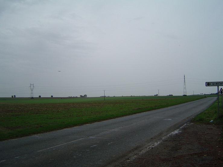 La photo est prise devant l'endroit o se trouvait l'artillerie franaise. Les Allemands taient en position devant les arbres que l'on aperoit  l'horizon. Les soldats du 265e RI les attaquaientquand ils ont t atteints par les obus franais