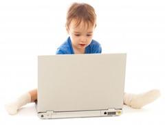 garotinho usando um notebook, computador [Andrey Kuzmin em www.123RF.com]