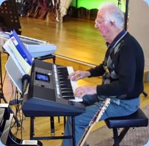 Peter Jackson playing his Yamaha PSR-S950