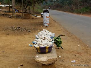 Vente de désertes agricoles le long de la route Boma-Matadi en RDC. Ph Don John Bompengo
