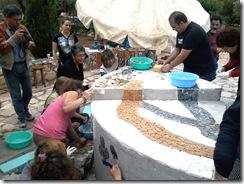 η Αντιδήμαρχος Πολιτισμού & Παιδείας Μαρία Κιμπιζή στην εκδήλωση ομαδικής κατασκευής υπαίθριου ψηφιδωτού γλυπτού στη Σάρα