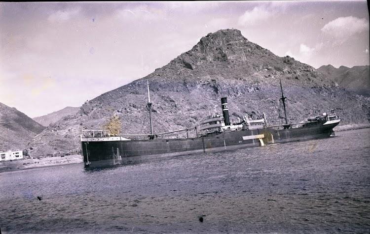 El vapor CRU MEDITERRANEO en un puerto de las Canarias. Coleccion Juan Antonio Padron Albornoz. Universidad de La Laguna. Puerto Autonomo de Tenerife..jpg