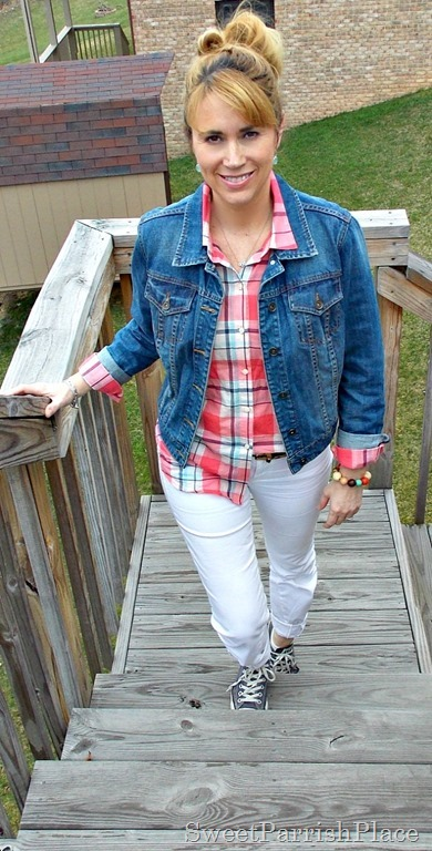 white jeans, plaid button down, denim jacket, Converse1