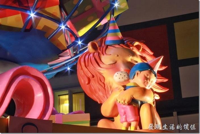 花蓮-翰品酒店。這是翰品酒店門口繽紛地球前的獅子與小男孩擁抱的畫面。(夜晚)