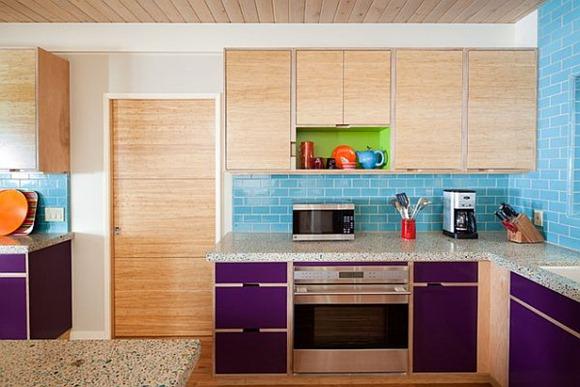 Cocina remodelar con coloridos azulejos azules para el contraste