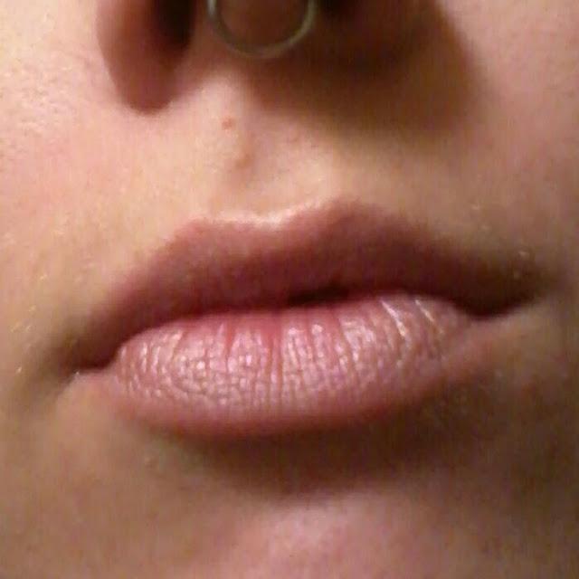 Maybelline Hydra Time lipstick 03 Delicate - model Raivyn dK