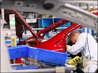 Operário trabalha na fábrica da montadora Toyota em Miyagi