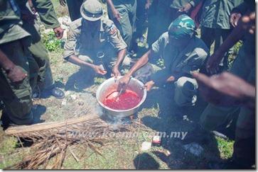 BEBERAPA bekas askar memanaskan darah kambing pada satu upacara vodoo di Mariani, Haiti kelmarin. (1)