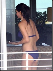Semi_Exclusive_Courteney_Cox_Showing_Off_Her_Bikini_Body-7-675x900