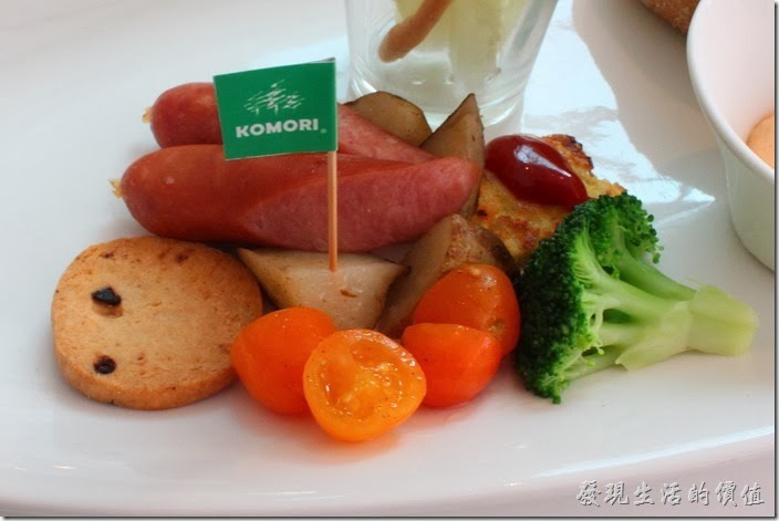 台南-小莫里。歐風松露炒蛋全麥堡的配菜,小蕃茄一樣有稍微烤過。