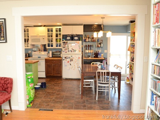 opening from living room to kitchen