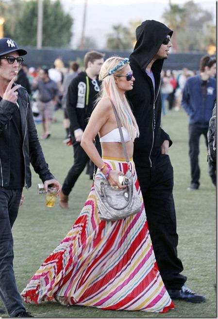 stunning Paris Hilton seen posing photgraphers U_hnNovxPSdl