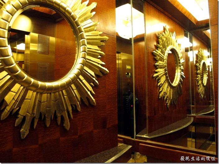 惠州-康帝國際酒店。電梯內的鏡子。