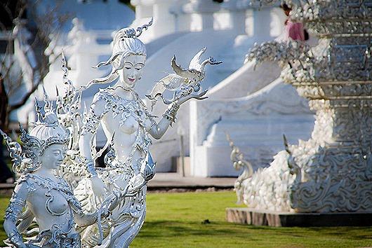 statui-vozle-Belogo-Hrama-v-Tailande