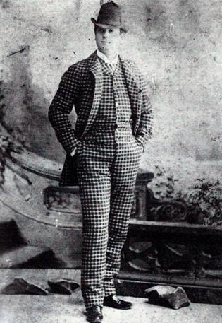 Mazzantini retrato calle (Foto Matarrodona) traje de cuadros (de pie)
