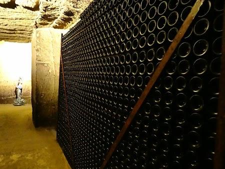 28. sticle de vin in subteran.JPG