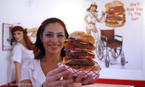 gatas mulheres comendo hamburgers  (4)