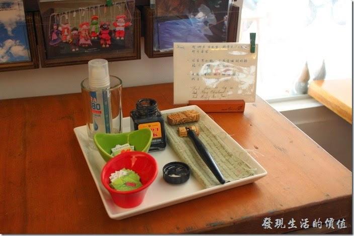 台南【bRidge+,橋上看書】有提供名信片的販賣,所以這裏放了一枝需要沾墨水的鋼筆與郵票,讓客人可以自己填寫。