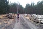 Natomiast później jest już masakra: las jest zmasakrowany, wszędzie błoto, rozlewiska, połamane drzewa/gałęzie. Jakieś 2.5km przedzierania się z rowerem zajęło nam prawie godzinę.