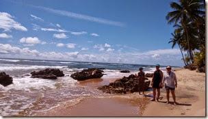 Caminhando pela praia com amigos