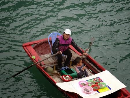 34. Vanzatoare Halong Bay.JPG