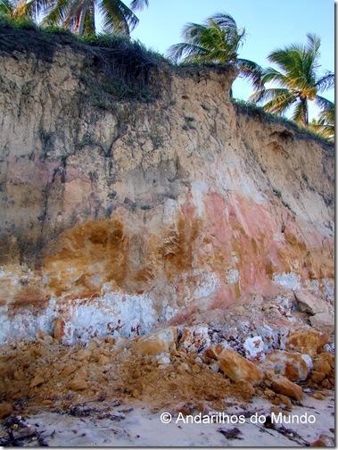 Falésias de areia multicolorida na Praia do Carro Quebrado Alagoas