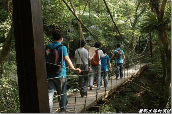 大板根森林溫泉渡假村。森林公園中有一座「彩虹橋」吊橋,這可不是電影「賽德克·巴萊」的彩虹橋,它是園區內芬多精含量最高的地方,在這裡可以大口的呼吸,放眼望去一片綠意盎然,連心情都好了起來。如果在春末夏初的時節來到這裡,還可以欣賞到螢火蟲的身影。