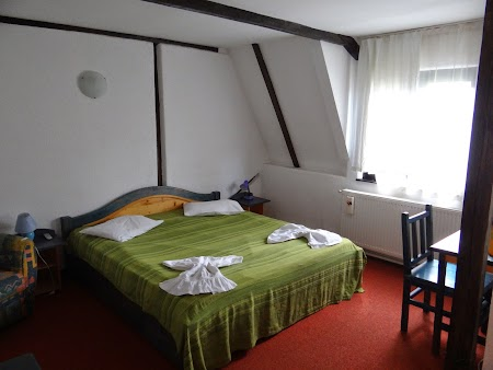 17. Camera in Hanul Oierului.JPG