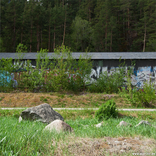 sten öster om vindbrovägen med förråd i fonden