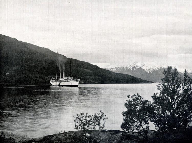 8-El SS OCEANA en el Lingenfjord. Crucero al Nordkaap. Foto del libro HAMBURG-AMERIKA LINIE. NORDLAND-FAHRTEN.jpg