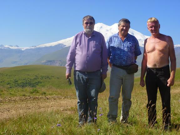 À 2000 m près de Khasaut (Karachaiévo-Tcherkessie) :<br /><br /><br /><br /><br /><br /><br /><br /><br /><br /><br /><br /><br /> Jean Michel, Jacques Marquet et Yuri Berezhnoi, devant l'Elbruz. 17 août 2014. Photo : J. Michel
