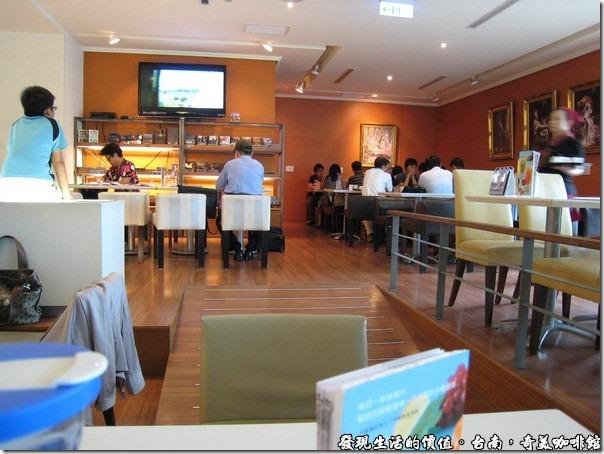 台南奇美咖啡館。咖啡館的環境讓人感覺很舒服,也可以無線上網,但速度有點慢就是了。現在的學生真的很享受,考試前應該可以在這邊做一整天K書吧!