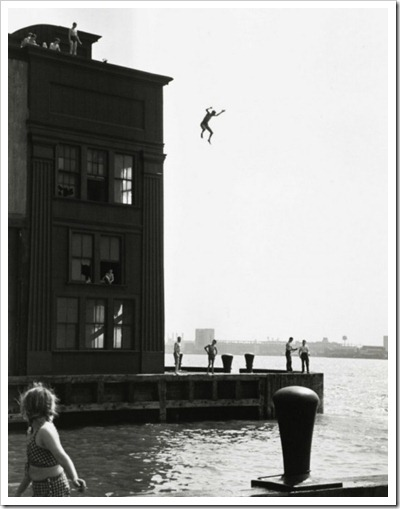 ruth-orkin-boy-jumping-into-hudson-river-1948