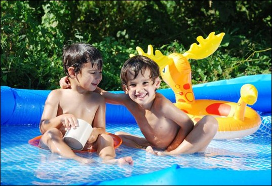 children_activities_on_swimming_pool_in_summer