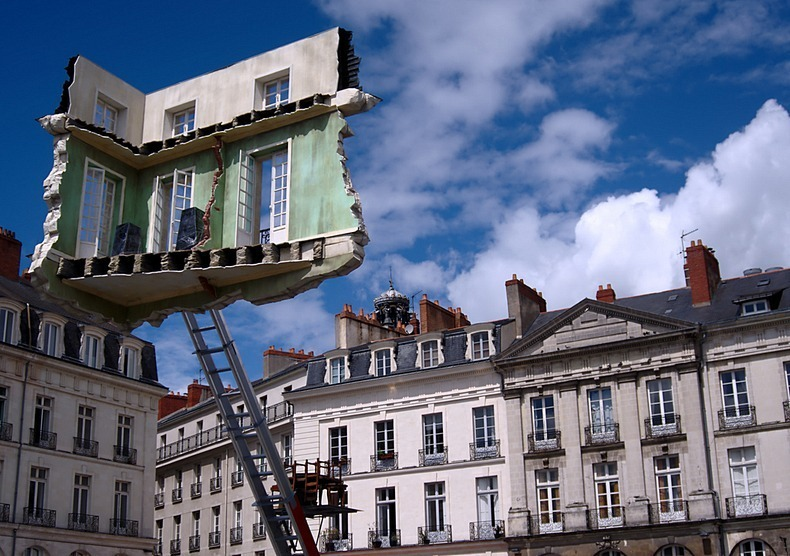 Surreal floating room sculptures by leandro erlich for Location monte meuble nantes