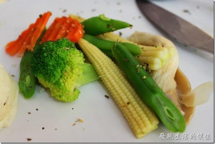 台南-Season_Cafe。主食的佐菜,玉米筍做得非常好吃,四季豆則還好,杏苞菇與花椰菜都還夠水準。