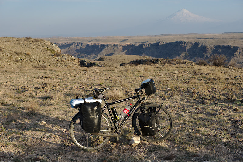 Bicicleta, muntele si arca.