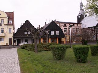 widok na rynek, po środku dwie ciekawe kamienice, z prawej strony w kącie muzeum
