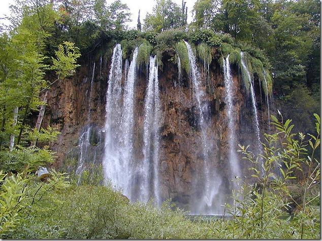 amazing-waterfalls-of-plitvice-lakes-in-croatia-4