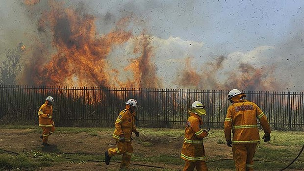 Firefighters battle a grass fire in Penrith, Australia, 19 January 2013. Photo: Mick Tsikas / Sydney Morning Herald