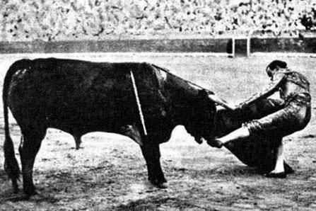 1933-08-02 (p. MG) Valencia patadita Miura (2)