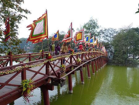 26. templu pe lac Hanoi.JPG