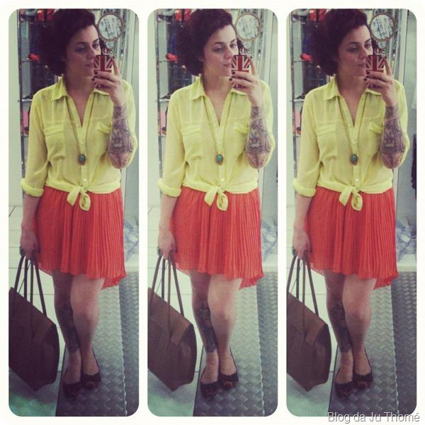look saia laranja plissada e camisa neon bolsa marron sapatilha animal print